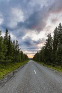 Carretera al infinito en llamas en Laponia Sueca